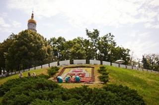 Клумбу в виде ротонды с гортензиями и другими уветами в Харькове в этом году украсили георгиевской лентой