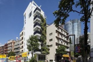 Зеленая многоэтажка в Токио