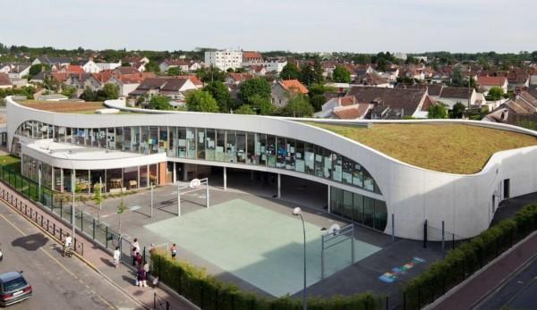 """Школа с """"живой"""" крышей во Франции"""
