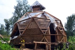 Россиянин строит своими руками купольный экодом из соломы и глины