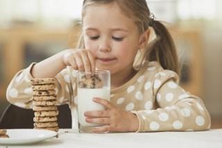 Печенье с молоком в вечернем детском рационе приводит к нарушению здоровья