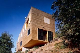 Деревянный дом на сваях в Испании