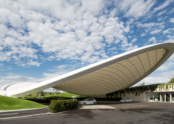 Volkswagen построил высокотехнологичный павильон для посетителей