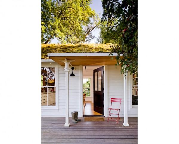 Маленький домик с зеленой крышей