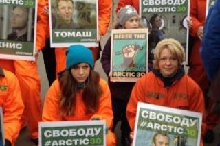 В Мурманске люди в масках мешают проведению пикетов Гринпис