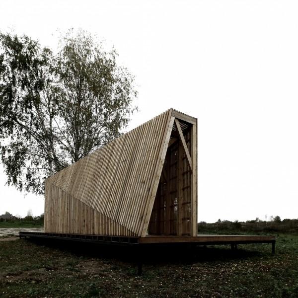 Деревянный домик-беседка в Москве