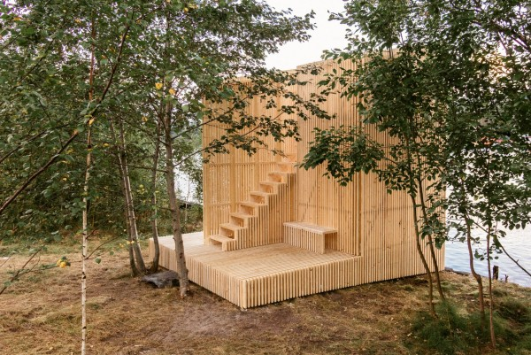 Деревянный павильон для отдыха у реки