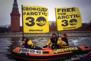 Акция протеста активистов Greenpeace на Москве-реке