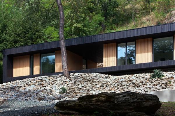 Деревянный дом на месте карьера