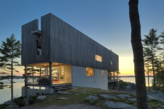 Экологичный дом на скалистом берегу