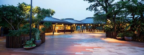 Территория у входа сделана в форме деревушки и включает в себя места для отдыха и общения