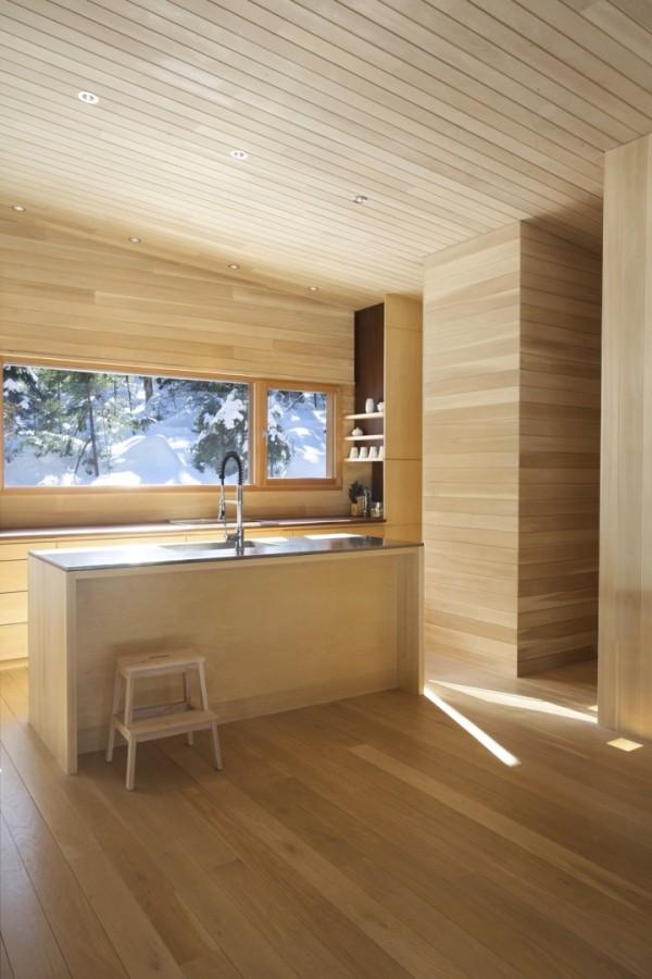 Деревянный домик на севере Канады