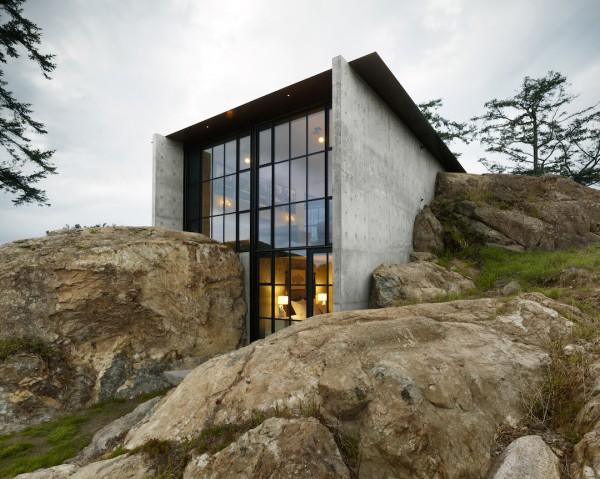 Дом среди камней