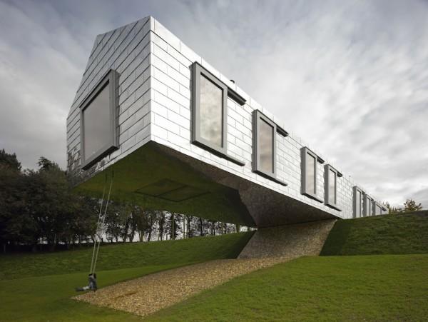 Дом, балансирующий над землей