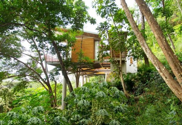 Свайный дом на берегу океана