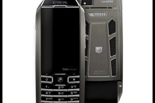 На выставке Baselworld 2014 показали телефон, способный заряжаться от искусственного светового потока