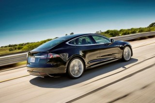Tesla усиливает днище у Model S