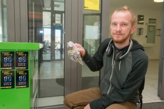 Во время акции «Час Земли» оператор Velcom собрал отработанные батарейки и рассказал о простом способе экономии энергии