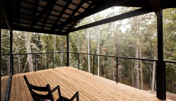 Деревянный коттедж в сосновом лесу