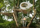 Эллипсовидный домик в лесу на шестиметровых опорах