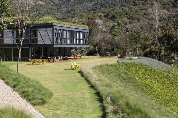 Дом, покрытый садом