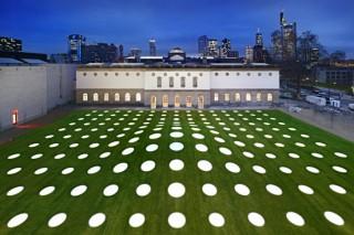 Франкфуртскому музею построили зеленую крышу «в горошек»