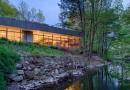 Частная резиденция у лесной реки в Коннектикуте