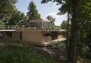 Дом на сваях у лесного озера