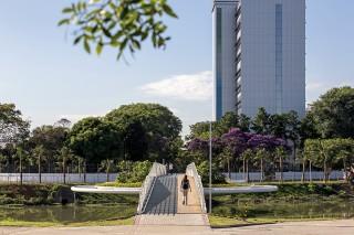 Пешеходно-велосипедный мост с клумбами в Сан-Паулу