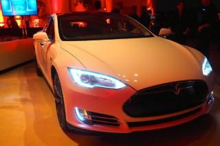 В Китае покупателей Tesla Model S освободили от платы за номера