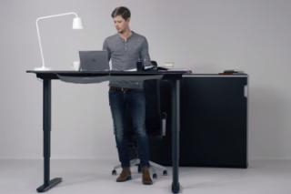 Рынок наполняют столы, за которыми можно и сидеть, и стоять