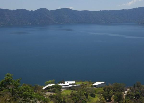 Часовня у вулканического озера