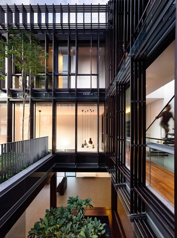 Двухуровневый внутренний дворик в частном доме