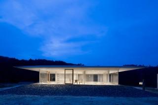 Прозрачный дом в минималистском стиле