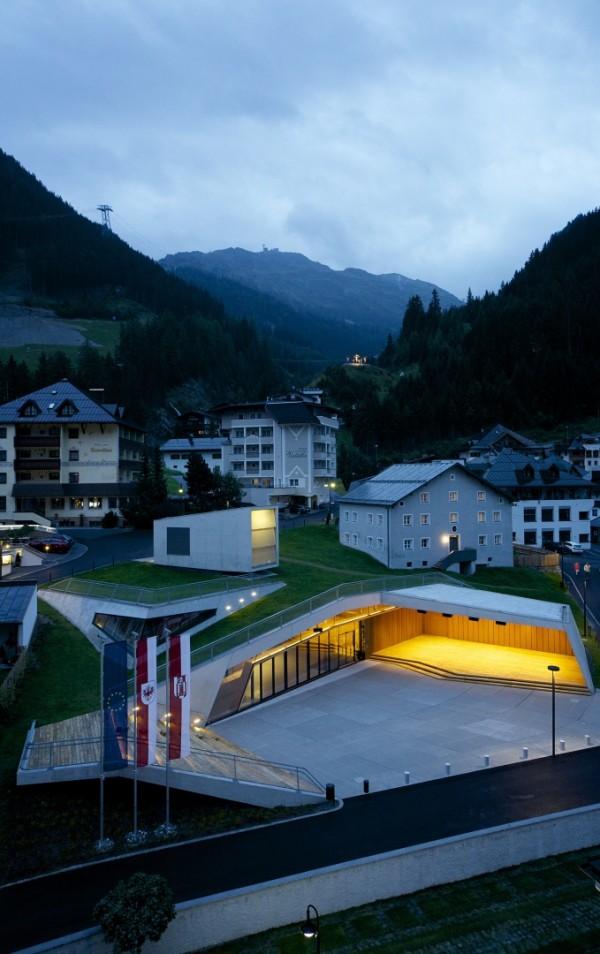 Встроенный в зеленый холм городской центр