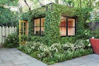 «Весь покрытый зеленью» домик в саду