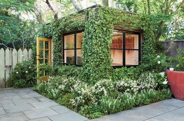 """""""Весь покрытый зеленью"""" домик в саду"""