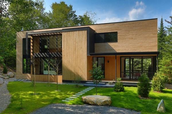 Загородный дом в окружении леса