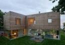 «Прозрачный» дом с газоном на крыше
