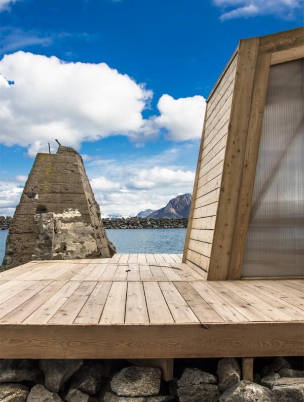 Деревянная сауна на берегу моря
