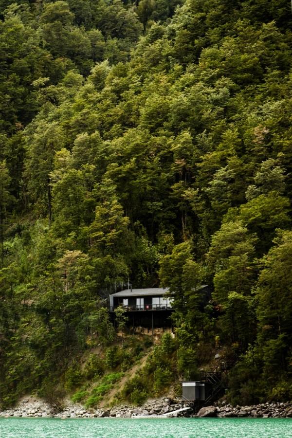 Дом на сваях в предгорьях Анд