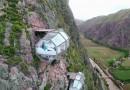 Прозрачная спальня на скале