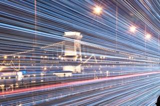 С какой скоростью световые лучи движутся в безвоздушном пространстве?